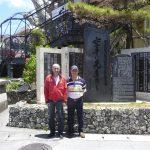 Okinawa - Denkmal Gichin Funakoshi mit Piero Lüthold