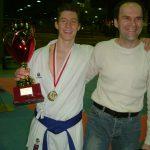 Schweizermeister Team-Kumite Eros Bilgerig mit seinem Trainer Alija Idriz