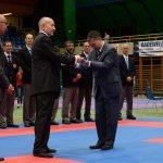 2015 Übergabe EKF-Flagge an OK-Präsident Leo Chin